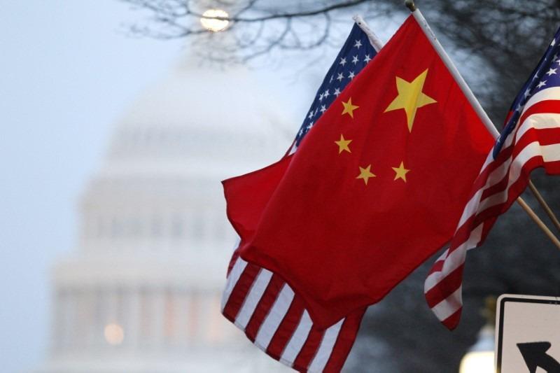 Bandeira da China e dos Estados Unidos são vistas em Washington 18/01/2011 REUTERS/Hyungwon Kang